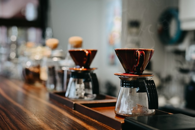 Kaffeetropfen lassen eine rolle des topf kaffees mit weinlesetonfilter.