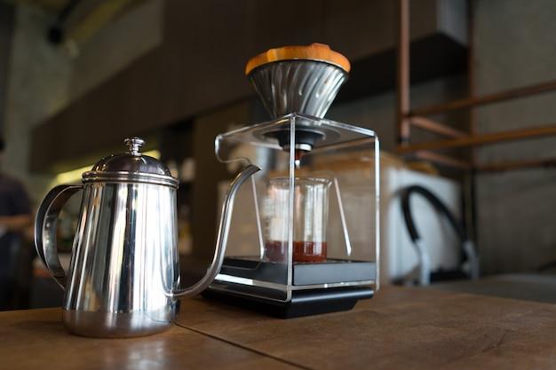 Kaffeetropfenfängerabschluß oben auf einer tabelle mit flasche