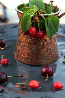 Kaffeetürke der vorderansicht mit kirschen