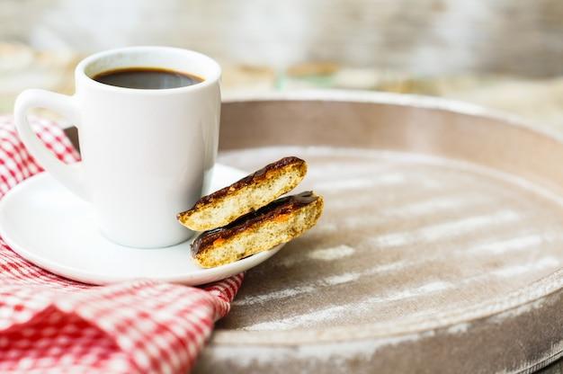 Kaffeezeit mit kaffeetasse und plätzchen