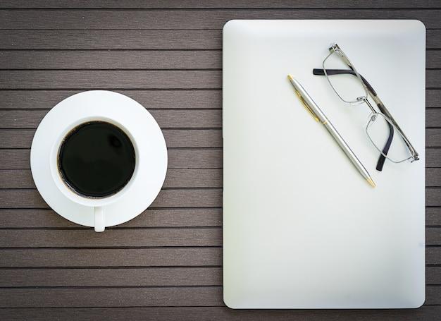 Kaffeezeit mit laptop, kaffeetasse, brille
