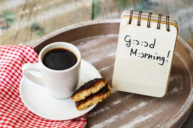 Kaffeezeit mit schokoladenplätzchen und einer anmerkung