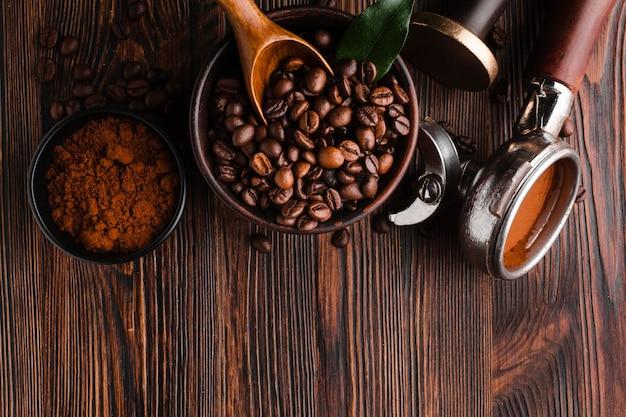 Kaffeezubehör mit gerösteten bohnen