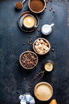 Kaffeezusammensetzung auf dunkelheit. flach liegen