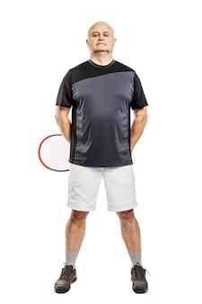 Kahler mann von mittlerem alter mit einem tennisschläger. isoliert auf weißem hintergrund