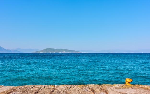 Kai und das meer - minimalistische meereslandschaft