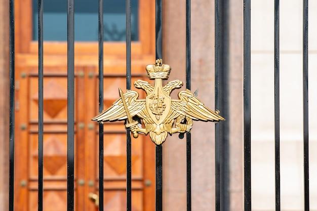 Kaiserlicher russischer doppeladler mit dem heiligen georg am geschmiedeten tor