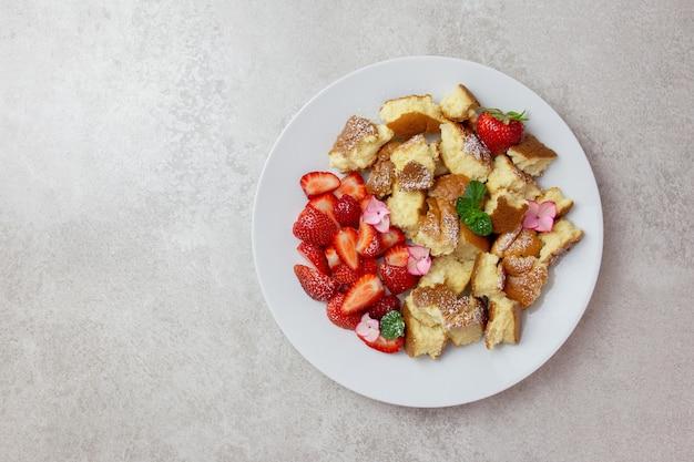 Kaiserschmarren oder kaiserschmarrn, traditionelles österreichisches oder deutsches süßes pfannkuchendessert mit erdbeere.