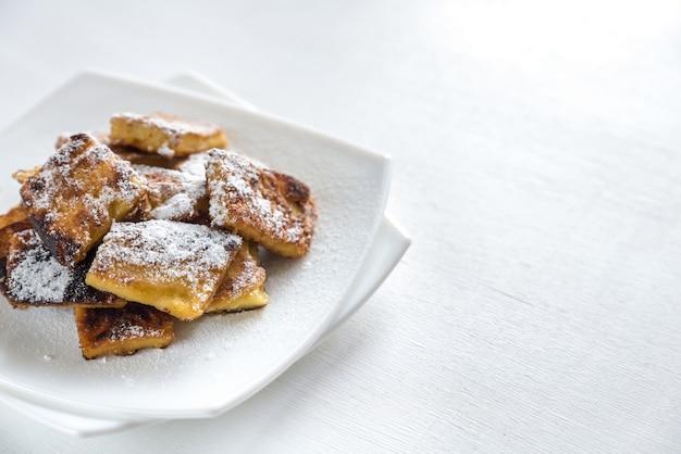 Kaiserschmarrn - beliebte österreichische pfannkuchen