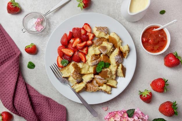 Kaiserschmarrn, traditionelles österreichisches oder deutsches süßes pfannkuchendessert mit erdbeeren und marmelade.