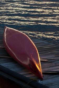 Kajak auf einem dock, kenora, see des holzes, ontario, kanada