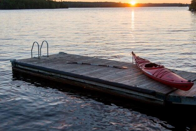 Kajak auf einem pier in einem see, lake of the woods, ontario, kanada