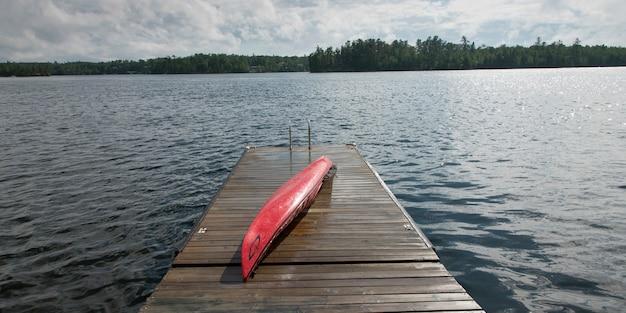 Kajak auf einer promenade, lake of the woods, ontario, kanada