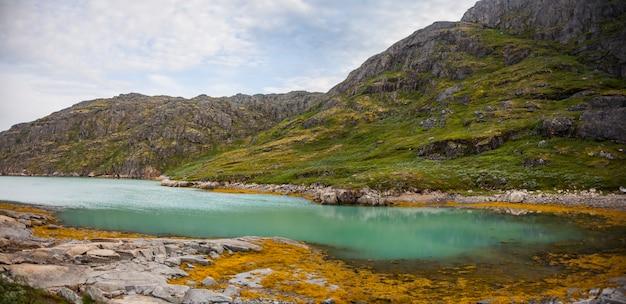 Kajak-expedition zwischen eisbergen in narsaq-fjorden, südwestgrönland, dänemark
