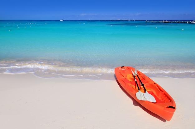 Kajak im karibischen meer-türkis des strandsandes