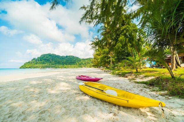 Kajakboot am wunderschönen tropischen strand und meer mit kokospalmen in paradise island