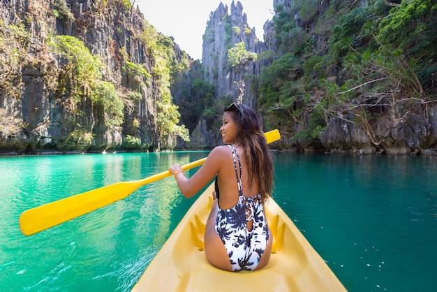 Kajakfahren in der kleinen lagune in el nido, palawan, philippinen - reiseblogger, der die besten orte südostasiens erkundet