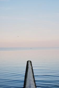 Kajakfahren, mensch im roten kajak mitten im blauen meer