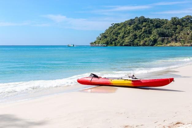 Kajaks am tropischen strand mit schönen himmel
