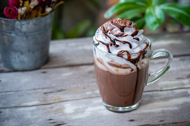 Kakao der heißen schokolade im glasbecher mit schlagsahne