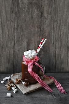 Kakao in einem glas und marshmallows schütteln