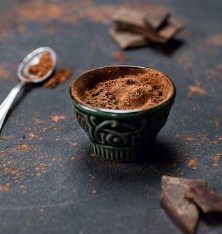 Kakao in einem grünen kleinen teller