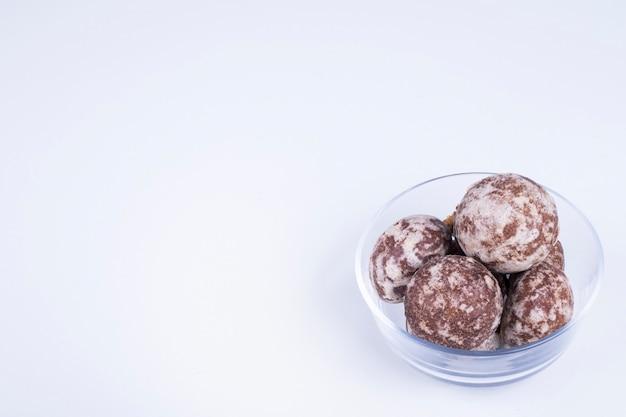 Kakao-lebkuchen in einer glasschale auf weißer winkelansicht