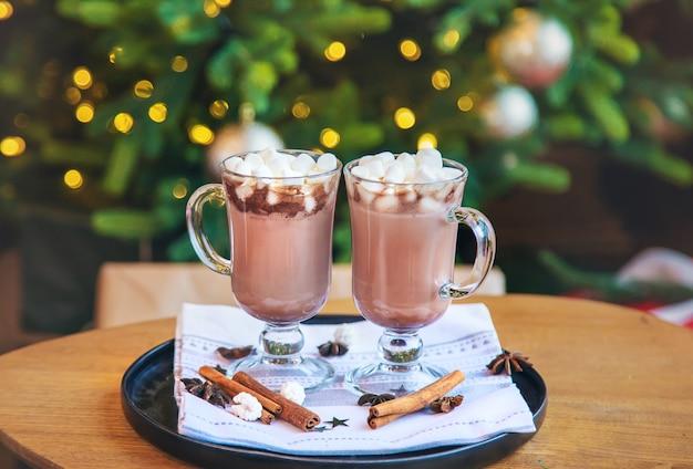 Kakao mit eibischen auf weihnachtsszene.