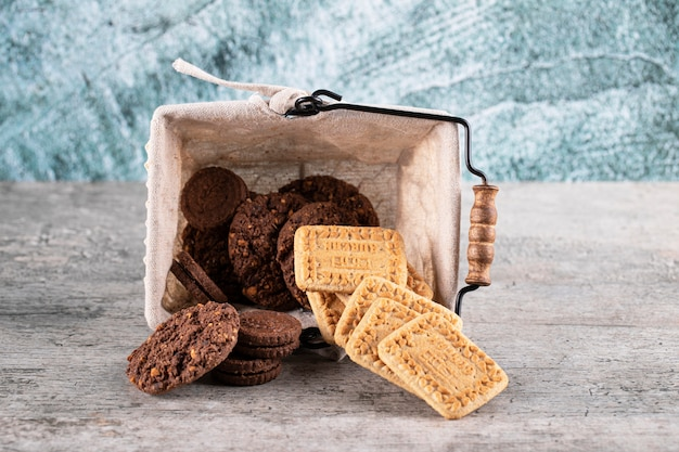 Kakao und butterkekse in einem korb