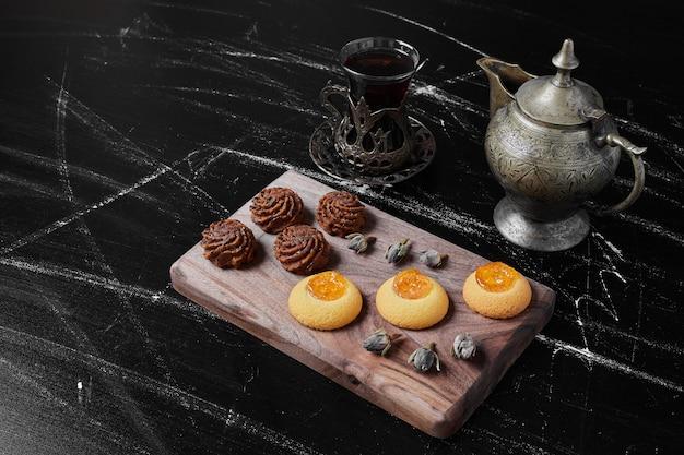 Kakao und butterplätzchen auf einem holzbrett.