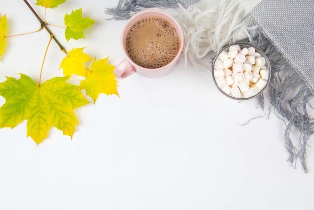 Kakao und marshmallows herbstkonzept draufsicht