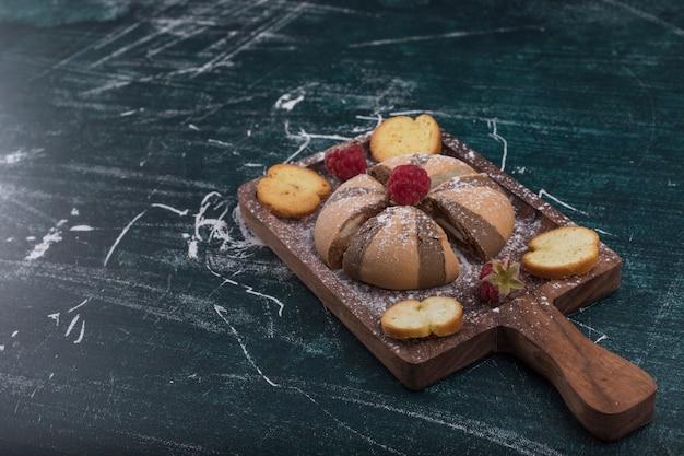 Kakao und vanilleplätzchen auf einem holzbrett