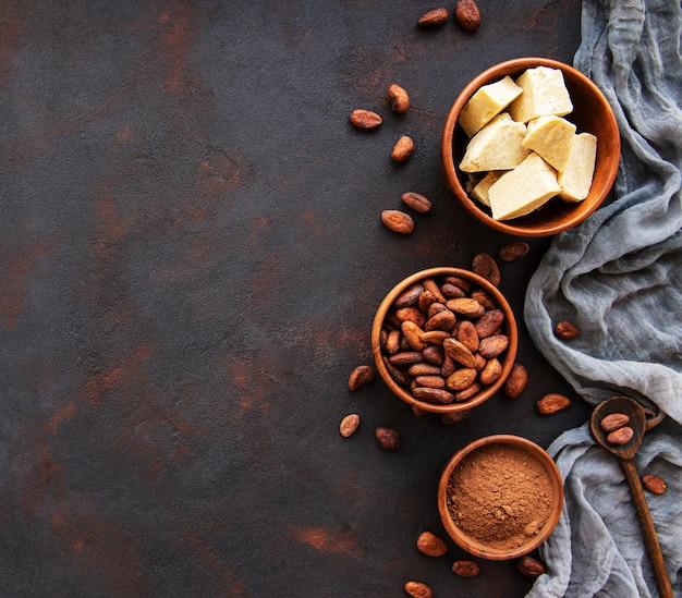 Kakaobohnen, pulver und butter