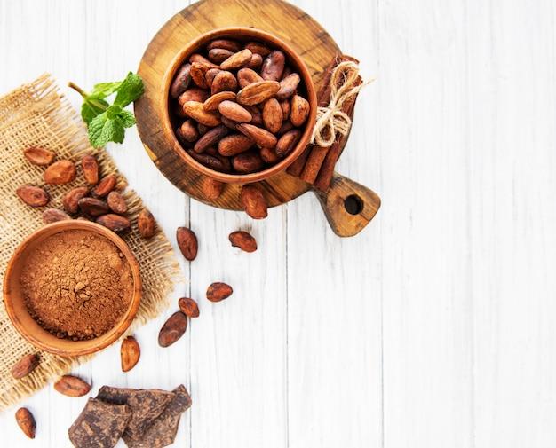 Kakaobohnen, pulver und schokolade