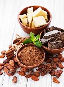 Kakaobohnen, schokolade, pulver und butter