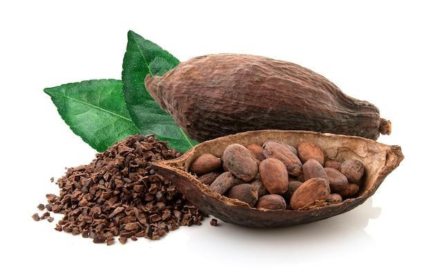 Kakaohülsen und kakaobohnen und kakaopulver mit den blättern lokalisiert auf weißem hintergrund