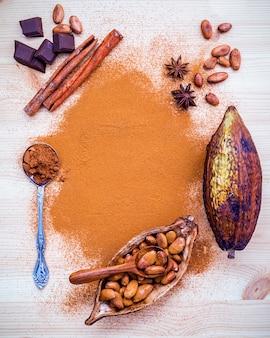 Kakaohülsenfrucht und dunkle schokolade gründen auf hölzernem hintergrund.