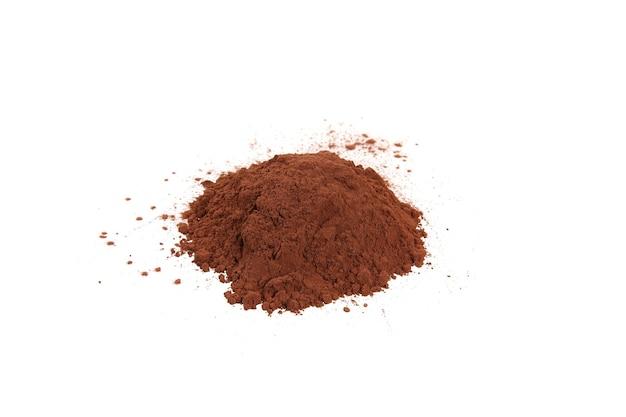 Kakaopulver isoliert auf weißem hintergrund