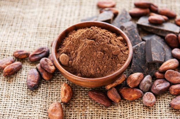 Kakaopulver, schokolade und bohnen