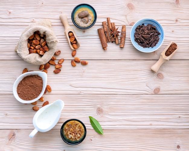 Kakaopulver und kakaobohnen auf hölzernem hintergrund.