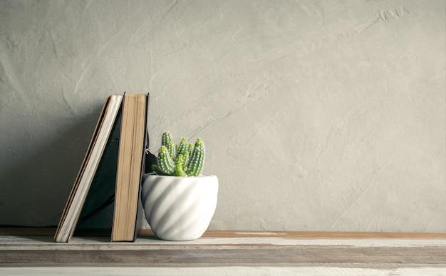 Kaktusblume mit notizbuch auf hölzerner tabelle.