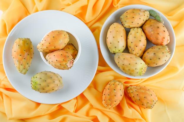 Kaktusfrüchte in schüssel und teller