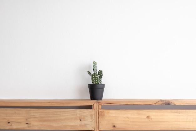Kaktusmodell auf dem holzpalettenbrett