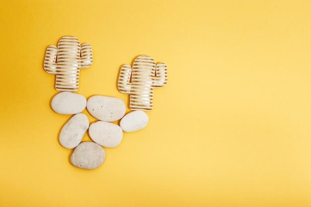 Kaktusspielzeug auf stein, waage oder gegengewicht