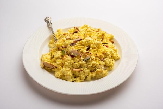 Kalakand mit safrangeschmack ist eine indische süßigkeit aus verfestigter, gesüßter milch und paneer
