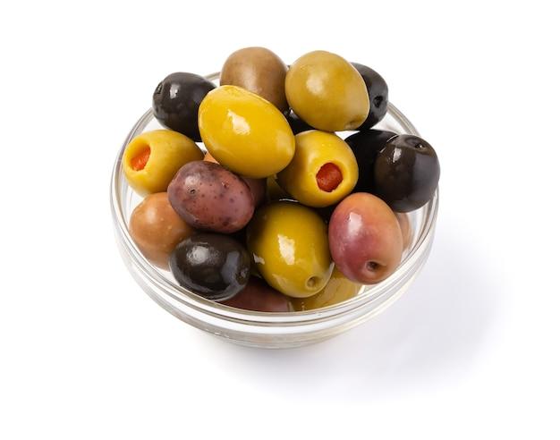 Kalamata- und conservolia-oliven in einer weißen schüssel isoliert vor einem weißen hintergrund mit beschneidungspfad