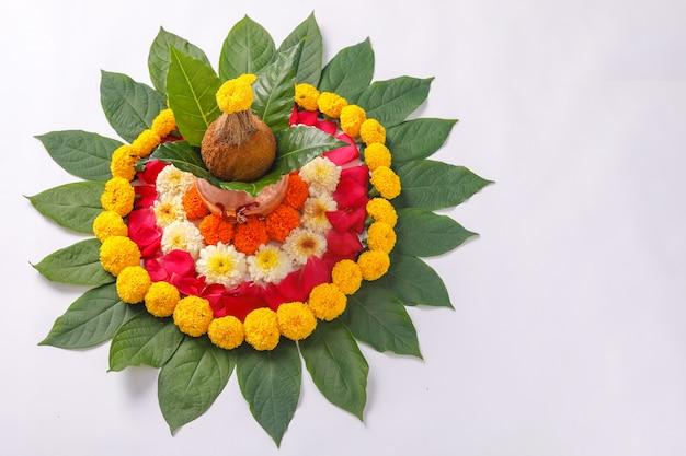 Kalash mit kokos- und blumendekor