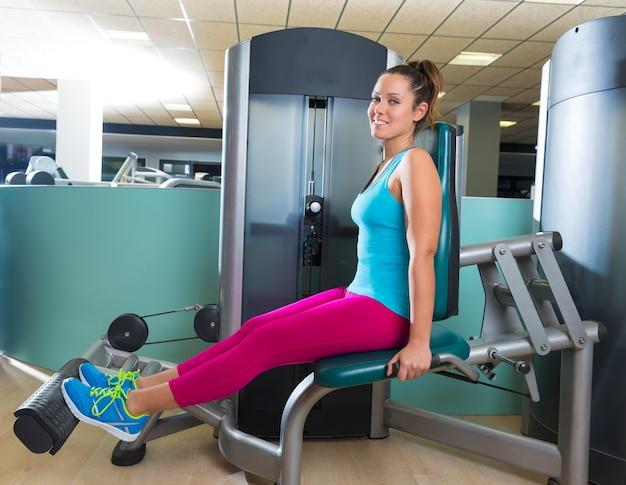 Kalb-erweiterungsfrau an der gymnastikübungsmaschine