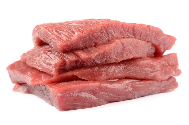 Kalbfleisch auf weißem hintergrund