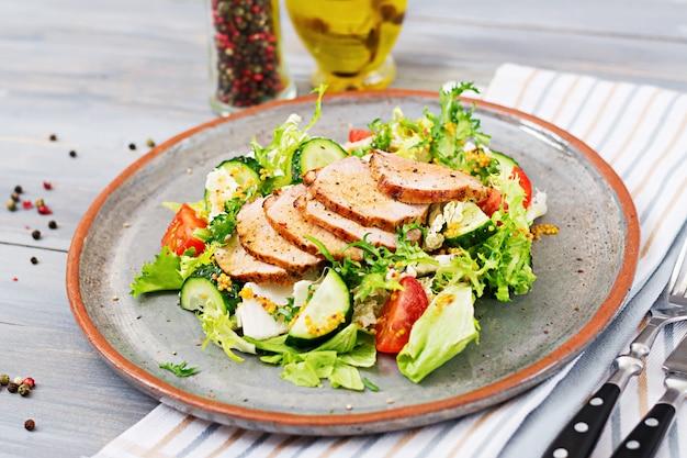Kalbsalat mit frischem gemüse. diätetisches essen. fleischsalat.